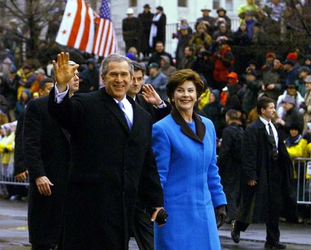 Đệ nhất phu nhân Laura Bush trang phục hiệu Michael Faircloth màu xanh lam trong lễ nhậm chức đầu tiên của chồng bà George W. Bush vào năm 2001.