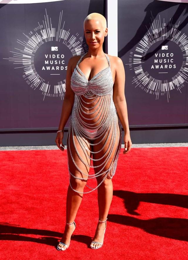 Amber Rose lấy cảm hứng từ chiếc váy hở hang của Rose McGowan mà cô đã mặc tại MTV VMAs 1999, Rose đã làm rung chuyển chiếc váy dây xích Laurel DeWitt này trong cùng một lễ trao giải vào năm 2014.