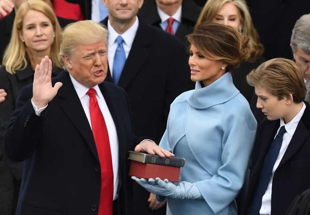Đệ nhất phu nhân Melania Trump mặc bộ quần áo màu xanh da trời tuyệt đẹp của Ralph Lauren này tới lễ tuyên thệ nhậm chức của Tổng thống Donald Trump năm 2017.