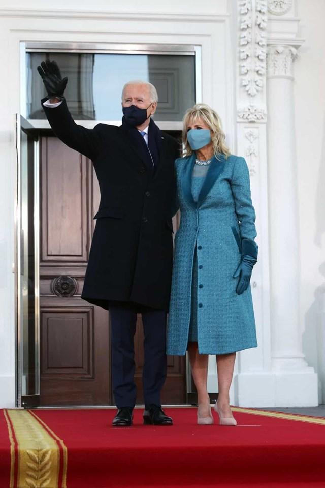 Tháng 1/2021, là thời điểm Joe Biden chính thức trở thành Tổng thống thứ 46 của Hoa Kỳ. Đệ nhất phu nhân Jill mặc chiếc áo khoác màu xanh được thêu bằng pha lê Swarovski của Markarian, do nhà thiết kế Alexandra O'Neill thiết kế.