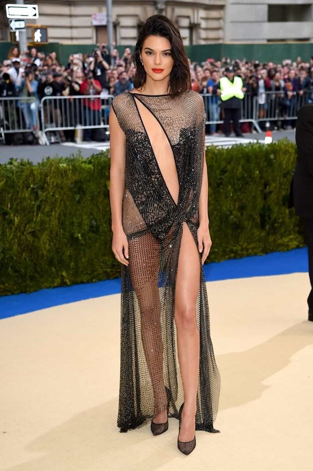 Kendall Jenner - Người mẫu dường như khỏa thân trong La Perla Couture tại MET Gala 2017.