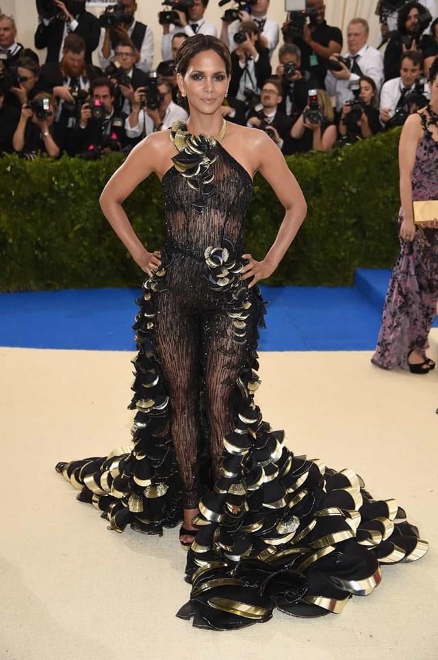 Halle Berry tỏa sáng tại MET Gala 2017 trong chiếc váy tuyệt đẹp của Donatella Versace.