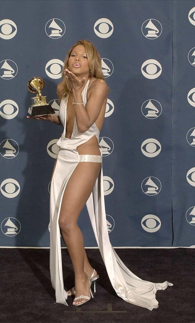 Toni Braxton gây choáng váng trên thảm đỏ trong chiếc váy Richard Tyler tại Grammys 2001, khiến người xem không thể rời mắt.