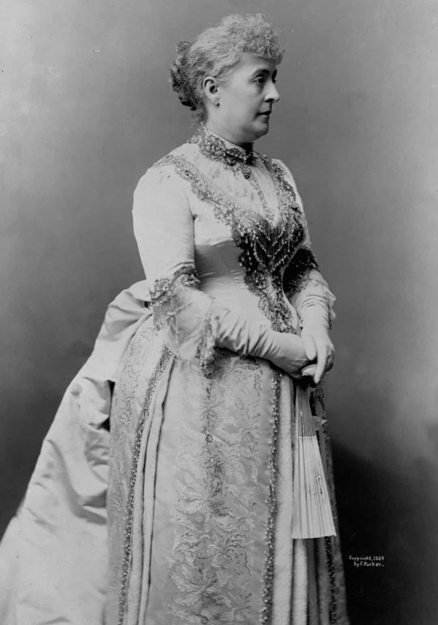 Caroline Lavinia Scott Harrison - Phu nhân của Tổng thống Benjamin Harrison đã mặc chiếc váy do Ghormley, Robes et Manteaux thiết kế cho lễ nhậm chức năm 1889.