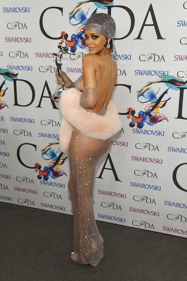 Rihanna muốn tỏa sáng như 230.000 viên pha lê Swarovski trong chiếc váy Adam Selman sang trọng này để nhận giải CFDA cho biểu tượng thời trang của năm 2014.