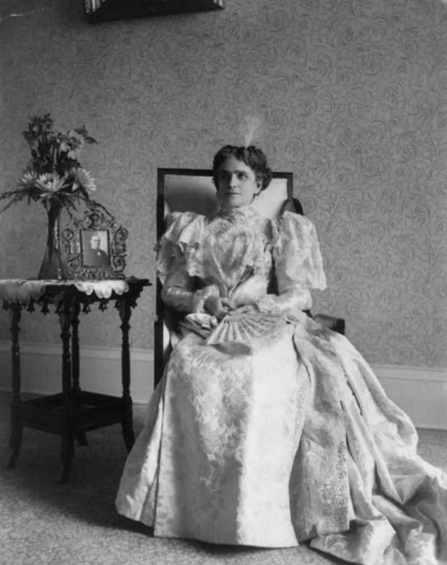 Ida Saxton McKinley trong lễ nhậm chức đầu tiên của chồng là Tổng thống William McKinley vào năm 1897, bà đã mặc chiếc váy với một chiếc áo ren lộng lẫy.