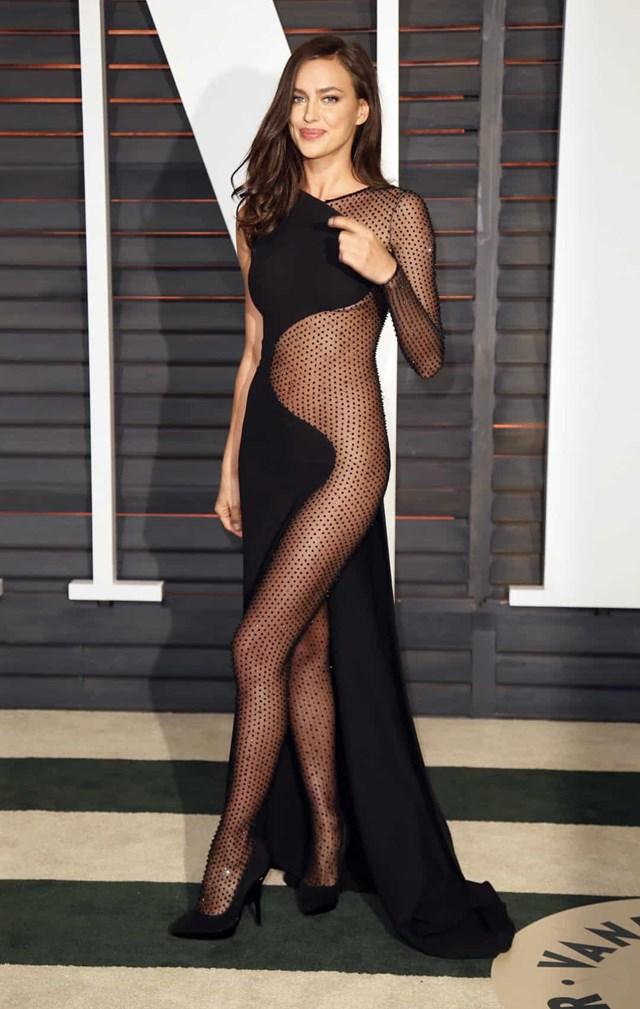 """Irina Shayk tại buổi tiệc sau lễ trao giải Oscar 2015 của Vanity Fair, người mẫu gần như đã """"khoe"""" toàn bộ vẻ đẹp của mình."""