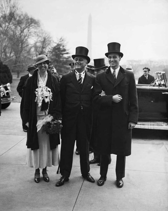 Eleanor Roosevelt vẫn là Đệ nhất phu nhân tại vị lâu nhất của nước Mỹ. Trong buổi lễ nhậm chức đầu tiên của chồng mình, Franklin D. Roosevelt, vào năm 1933, mặc một bộ quần áo do Sally Milgrim thiết kế.