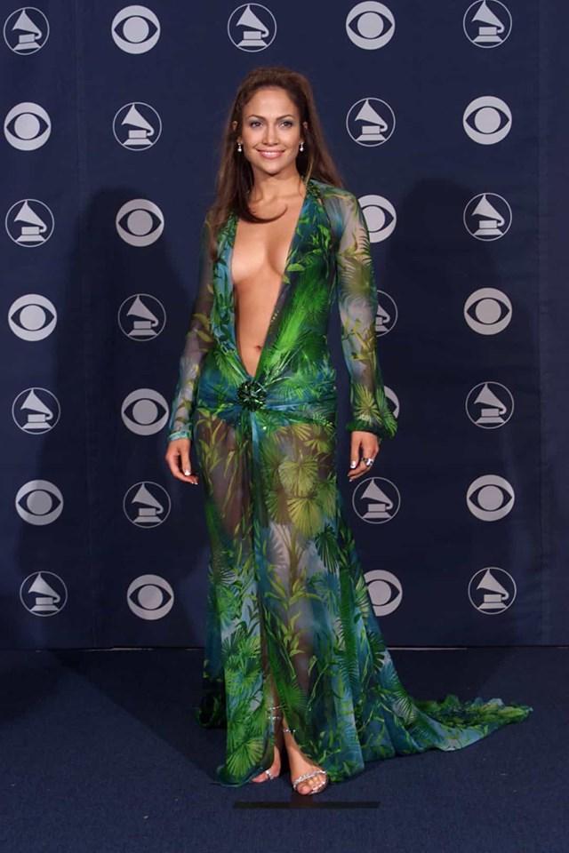 Ai có thể quên chiếc váy Versace mang tính biểu tượng của Jennifer Lopez từ Grammy năm 2000?