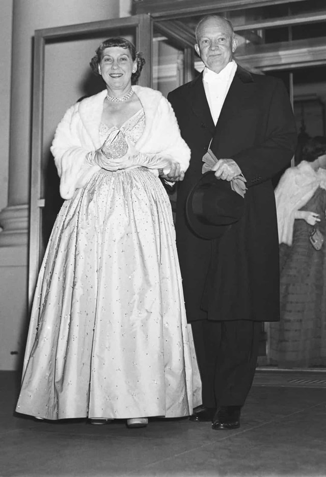 Đệ nhất phu nhân Mamie Eisenhower đã mặc chiếc váy Nettie Rosenstein tuyệt đẹp được thêu bằng hơn 2.000 viên kim cương tới lễ nhậm chức của Tổng thống Dwight D. Eisenhower vào năm 1953.