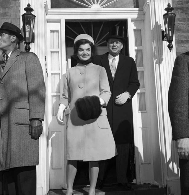 Jackie Kennedy là một biểu tượng thời trang cho đến ngày nay. Đây là buổi lễ nhậm chức của tổng thống John F. Kennedy, vào năm 1961, bà mặc bộ vest của Oleg Cassini.