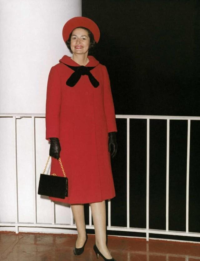 """Tổng thống Lyndon B. Johnson đắc cử vào năm 1965. Đệ nhất phu nhân Claudia Taylor """"Lady Bird"""" Johnson đã mặc số len màu đỏ này, với các phụ kiện phù hợp, tới lễ nhậm chức của ông."""
