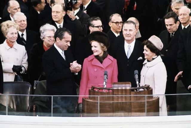 Phu nhân Pat Nixon tại lễ nhậm chức của tổng thống Richard Nixon vào năm 1969, bà mặc chiếc áo khoác hai lớp hoa vân anh phong cách này của Jay Sarnoff Custom Couture.