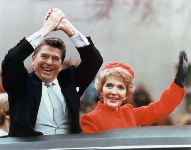 """Trong lễ nhậm chức đầu tiên của Tổng thống thứ 40 Ronald Reagan vào năm 1981, Đệ nhất phu nhân Nancy Reagan đã mặc một chiếc áo khoác có màu đỏ mà sau này được gọi là """"đỏ Reagan""""."""