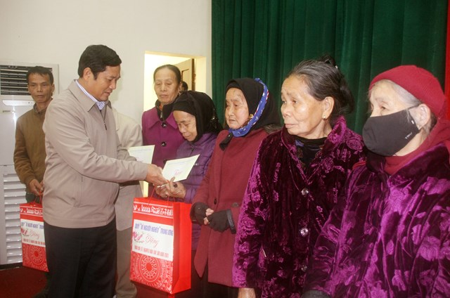 Ông Phạm Thái Hanh, Chủ tịch Ủy ban MTTQ tỉnh Thái Nguyên tặng quà Tết cho người nghèo.