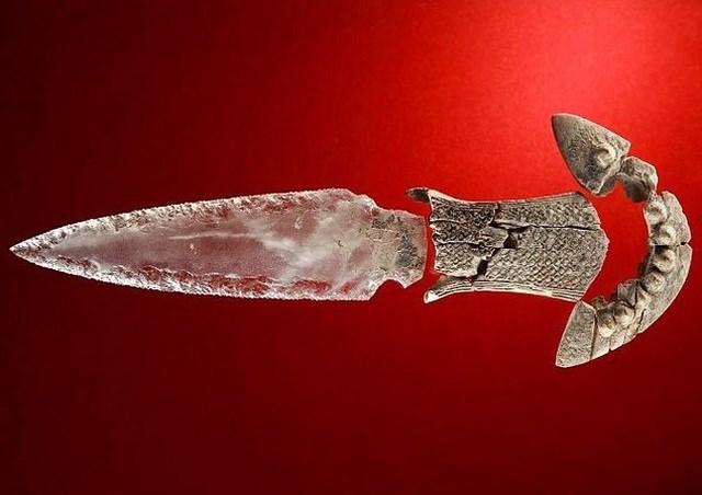 Con dao này còn có phần cán được làm bằng ngà voi, đây cũng là chất liệu hiếm có.