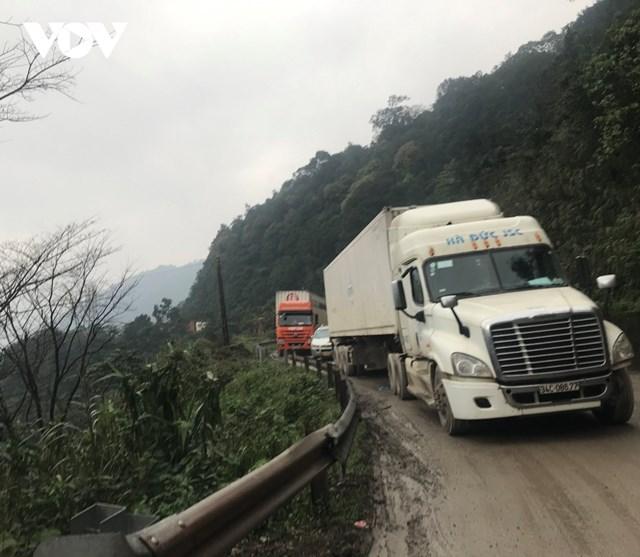 Do đường lên Cửa khẩu quốc tế Cầu treo xuống cấp, nhiều phương tiện phải nhích từng mét.