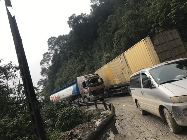 Hàng loạt phương tiện xếp hàng dài trên đường lên cửa khẩu quốc tế Cầu Treo.