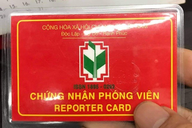 Thẻ chứng nhận phóng viên do nhóm người trên xuất trình.