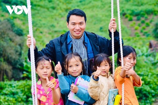 Nụ cười của các em nhỏ khi nhận được sách, vở là niềm vui của Tuấn.