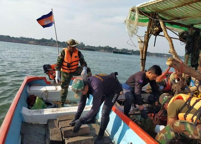 Campuchia phát hiện hơn 6 tấn thuốc nổ dưới lòng sông Mekong - Ảnh 1