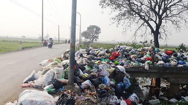 Rác thải tại nhiều khu vực bị ùn ứ, gây ô nhiễm môi trường.
