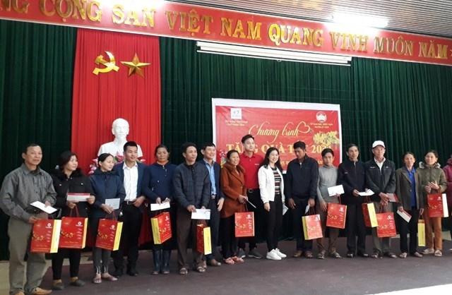 Trao tặng quà Tết cho người nghèo ở huyện Lệ Thủy (Quảng Bình).