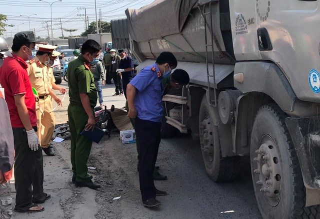 Lực lượng chức năng khám nghiệm hiện trường vụ tai nạn khiến một thiếu nữ bị xe ben cán chết thương tâm.
