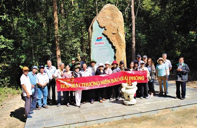 Những người làm báo Giải phóng trước bia kỷ niệm báo Giải phóng ở chiến khu Bắc Tây Ninh, ngày 20/12/2020.
