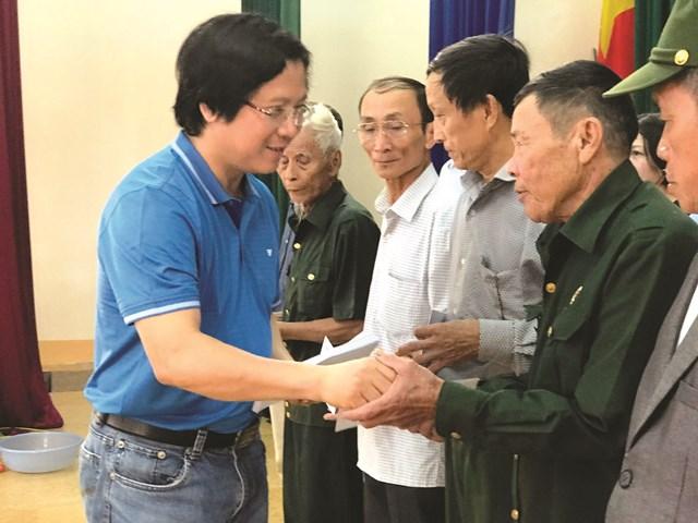 Đại diện Báo Đại Đoàn kết trao quà cho người dân vùng lũ huyện Cẩm Xuyên, Hà Tĩnh.