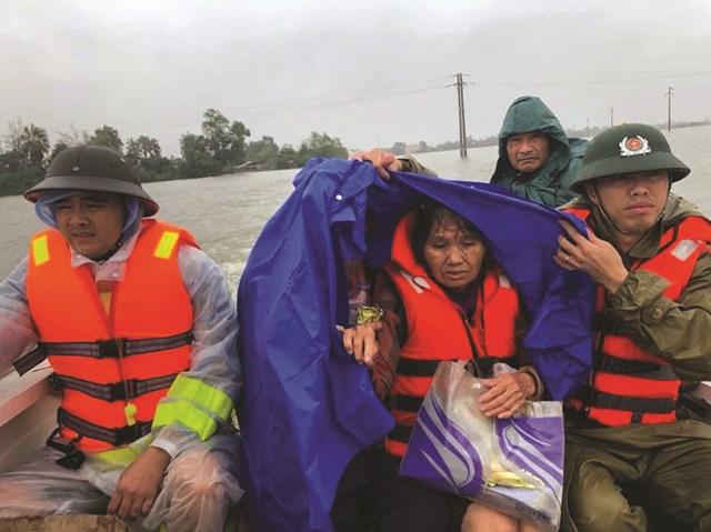 Hàng cứu trợ từ khắp mọi miền Tổ quốc đến tay người dân vùng lũ