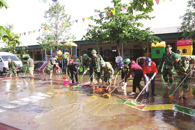 Bộ đội giúp người dân Hà Tĩnh khắc phục hậu quả sau lũ.