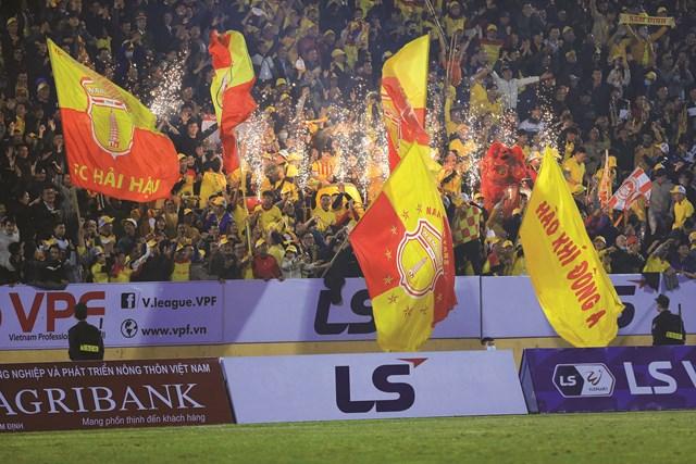 Đông đảo khán giả trên khán đài của các trận đấu là minh chứng khẳng định cho chiến thắng của V.League, bóng đá Việt Nam và đất nước Việt Nam trước dịch bệnh.