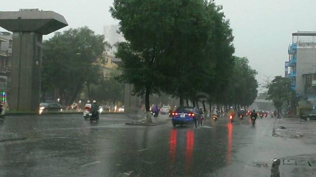 Không khí lạnh ảnh hưởng đến vùng núi phía Bắc, Hà Nội có mưa rào và dông - Ảnh 1