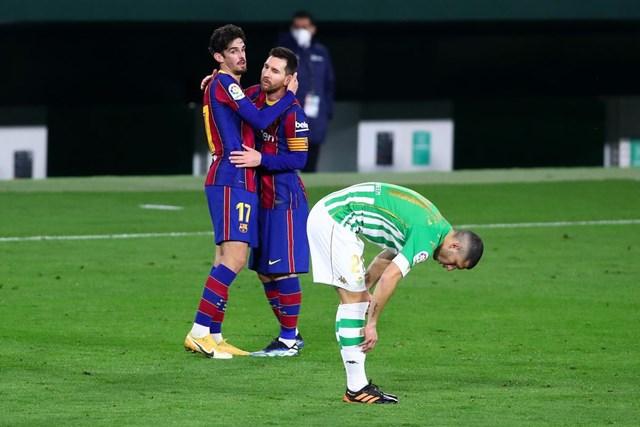 Messi ăn mừng bàn thắng cùng đồng đội trẻ Trincao. Ảnh: Getty.