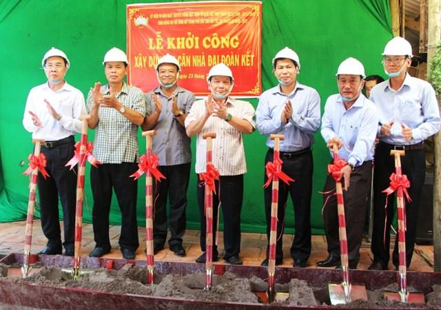 Lãnh đạo TP Cần Thơ khởi công xây dựng nhà Đại đoàn kết.