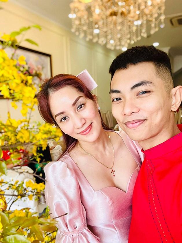 Khánh Thi diện áo dài cách tân, 'đọ sắc' với mẹ chồng đại gia và em chồng trong ảnh kỷ niệm mùng Một Tết Tân Sửu.
