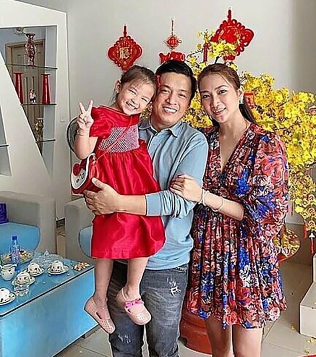 Con gái Lam Trường lí lắc tạo dáng pose hình cùng bố mẹ ngày Tết.