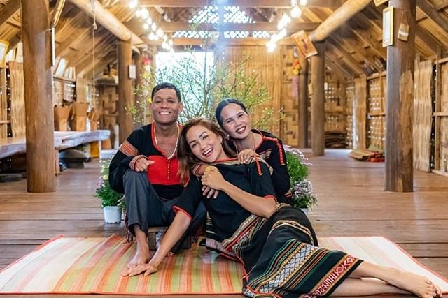 H'Hen Niê mặc trang phục truyền thống của người Ê Đê, ấm áp trong vòng tay bố mẹ ngày đầu năm.