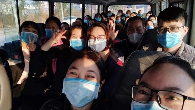 Bác sĩ Ngân (ngoài cùng bên trái) và các đồng nghiệp trên chuyến xe cứu thương đi ngắm phố phường trong dịp Tết.
