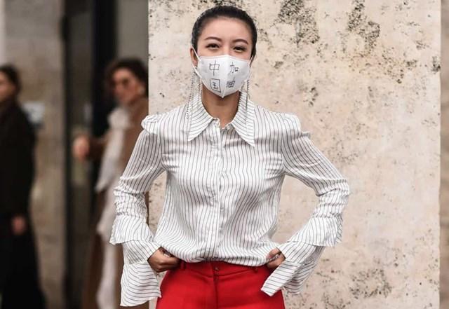 Những người mẫu và tín đồ thời trang đeo khẩu trang sành điệu trong Tuần lễ thời trang Paris.