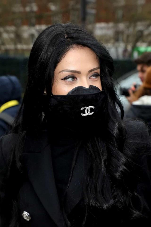 Một vị khách đeo mặt nạ Chanel tại buổi trình diễn của Balmain trong Tuần lễ thời trang Paris.