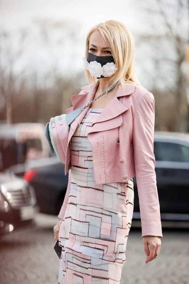 Một khách mời đeo một chiếc khẩu trang cách điệu bên ngoài show diễn của Chanel trong Tuần lễ thời trang Paris.