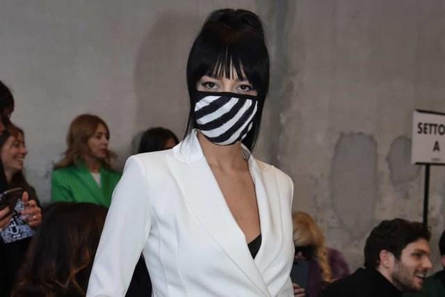 Một phụ nữ đeo mặt nạ họa tiết ngựa vằn tại Tuần lễ thời trang Milan.