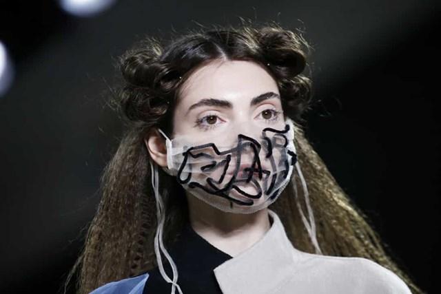 Một mẫu khẩu trang độc lạ trên sàn catwalk tại buổi trình diễn thời trang Blancore trong Tuần lễ thời trang New York năm 2020 tại Spring Studios.