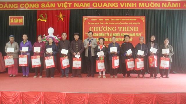 Ông Phạm Thái Hanh, Chủ tịch Ủy ban MTTQ Việt Nam tỉnh Thái Nguyên tặng quà cho hộ nghèo, hộ cận nghèo.
