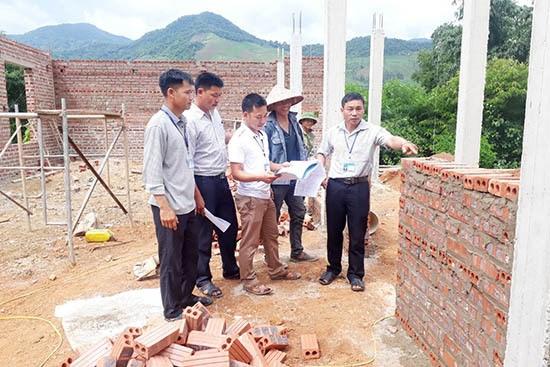 Ban Giám sát đầu tư của cộng đồng xã Chiềng Khoong (Sơn La) giám sát công trình xây dựng trên địa bàn. Ảnh: Thào A Sử.