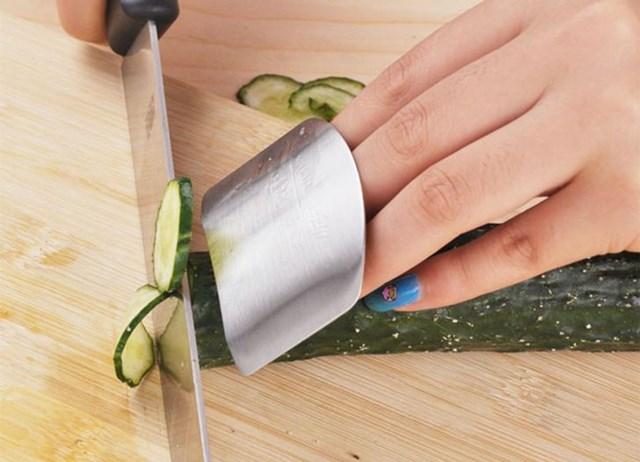 Dụng cụ này sẽ bảo vệ ngón tay khỏi những vết cắt.