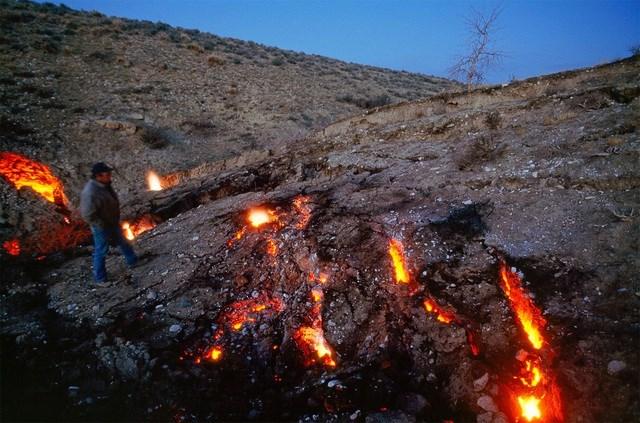 Ở nơi khác, mặt đất trông có vẻ bình thường, nhưng hiểm họa lại vô cùng khôn lường do than bị đốt cháy hết để lại một lỗ hổng khổng lồ ngay bên dưới. Một đứa bé 12 tuổi từng bị một cái hố nuốt chửng vào năm 1981 và đã may mắn sống sót.