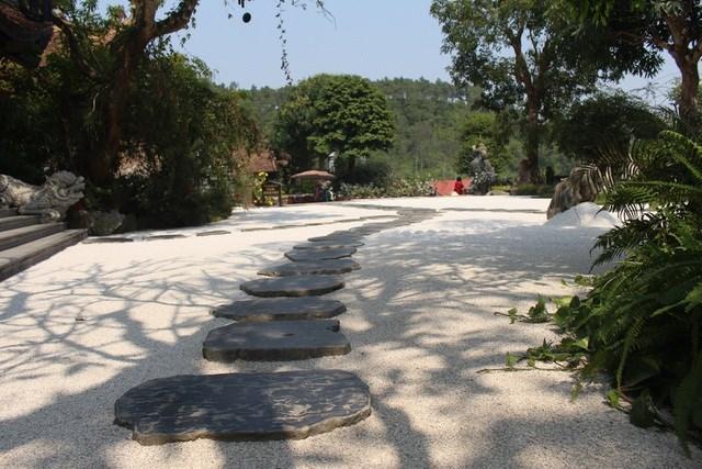 Điểm nhấn là phần sân trước khuôn viên chùa được trải sỏi màu trắng. Sỏi trắng mang ý nghĩa của sự thiền định, dạo quanh khuôn viên, nhìn những viên sỏi trắng tinh khiến lòng người trở nên thanh thoát.